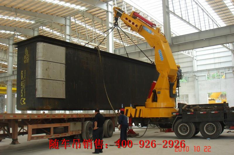 折叠臂式随车吊正在厂房里吊装机床