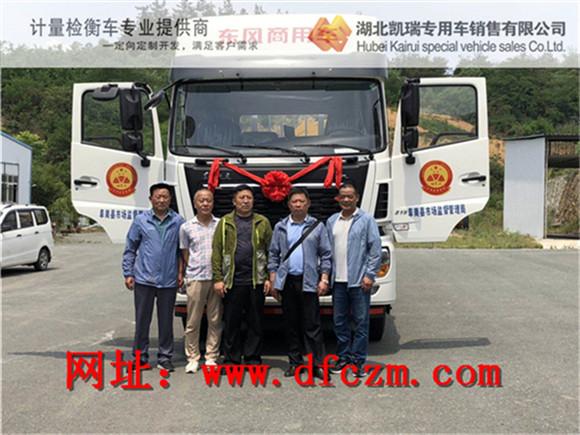 阜南县市场监督管理局领导在易胜博注册车前合影
